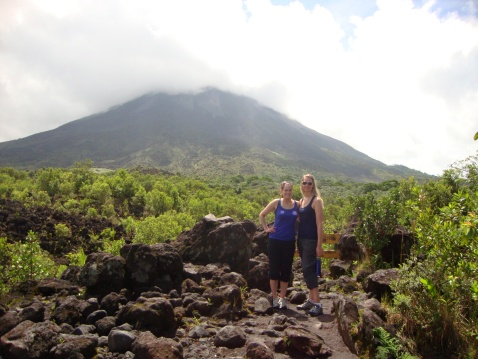 Sara y Sarah. The volcano behind us is Arenal.